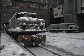 С виду мертвые тепловозы оказались вполне рабочими. Они доставляю вагоны к месту загрузки углем.