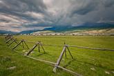 Поселок Монды. Здесь начинается погранзона с Монголией. До границы всего 8 километров. Небо над горами не предвещало ничего хорошего.