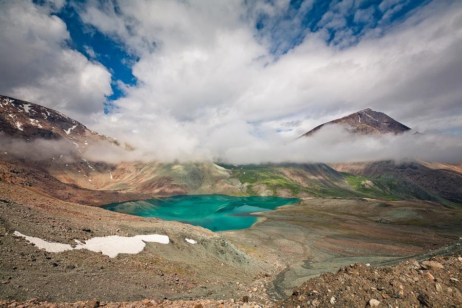 Озеро — исток реки Ильчир. Вид с Ильчирского перевала. Справа из тумана виднеется пик Геологов. Тункинский Национальный Парк, Россия