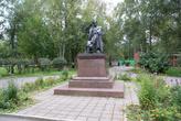 Памятник Вячеславу Шишкову в парке у автовокзала