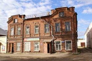 Старый двухэтажный дом в Бежецке