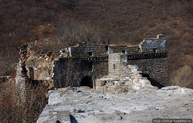 Неотреставрированная стена