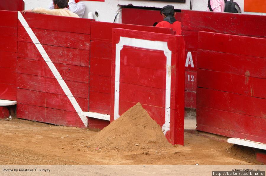 Песочные кучки на арене