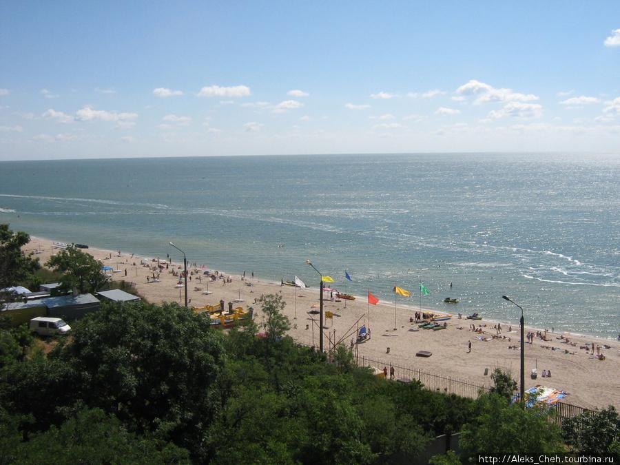 Вид на море и пляж с 7 этажа базы отдыха