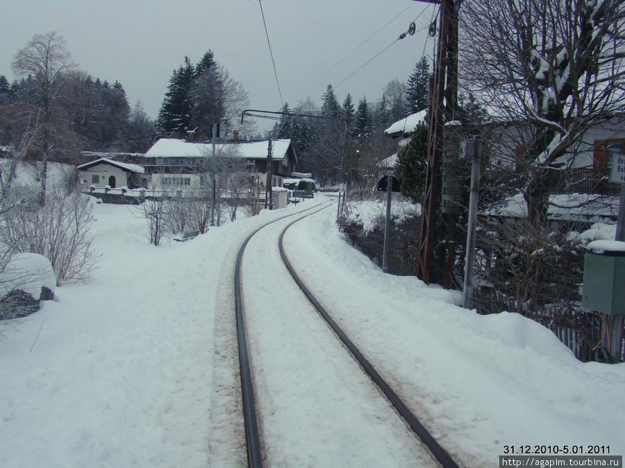 Городок Грайнау. Дорога до Гармиш-Партенкирхена и на гору Цугшпитце. Разъезд встречных  поездов происходит на станции Грайнау.
