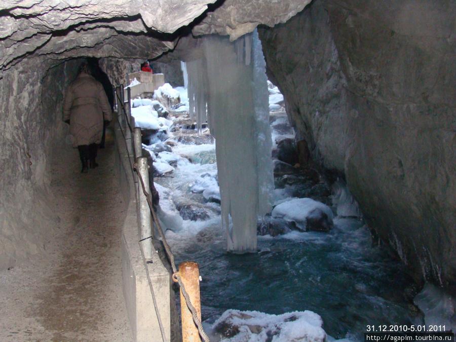 Ущелье Партнахкламм. Ручей с прозрачной водой.