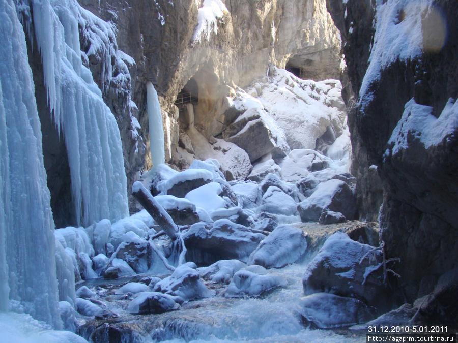 Ущелье Партнахкламм. Ручей с прозрачной водой и ледяные узоры.
