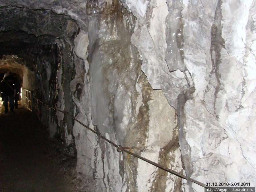 Ущелье Партнахкламм. Тропа вырублена местами в скале.