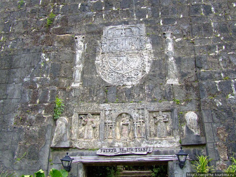 Написано по испански что крепость была заложена и тд и тп.