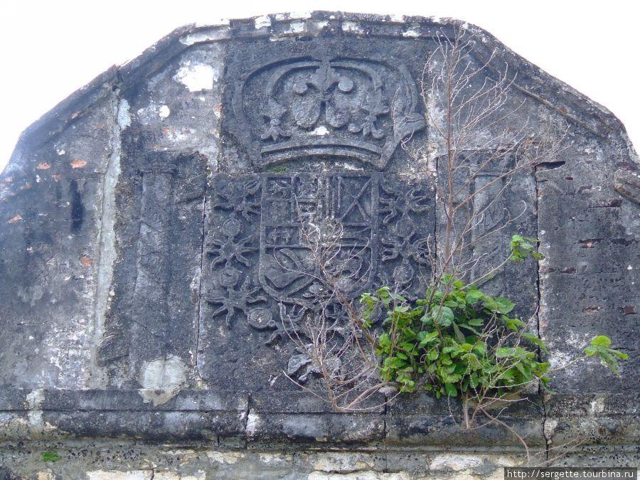 Над входом герб