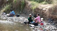 Стирают белье тут же в реке