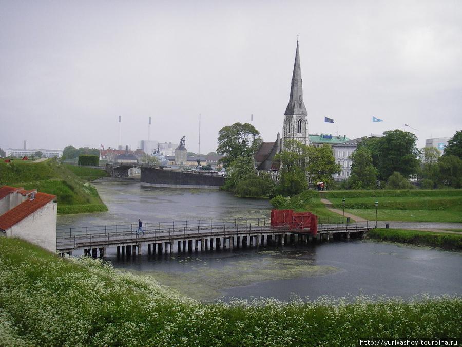 Копенгаген, мост в Цитадель и  неоготическая англиканская церковь Святого Албана