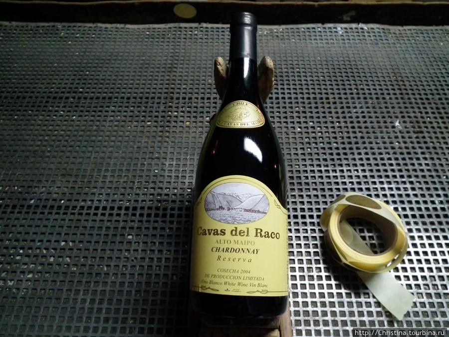 Лейбелы и марки клеются на бутылки вручную. В названии вина обычно виноделы используют имя долины, либо реки, либо близлежащих гор и других элеметов региона, в котором выращивается виноград для этого вина.