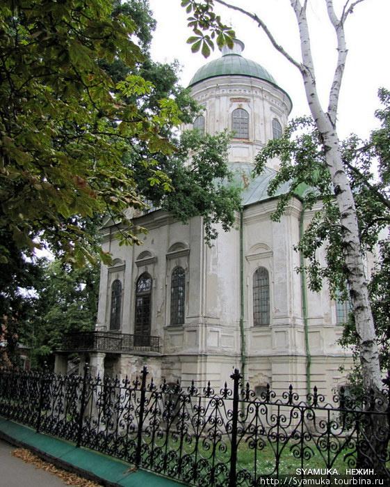 На улице Н. Гоголя первой мы встретили церковь Иоанна Богослова. Церковь меня сразу поразила своей внешностью. Скажу честно — таких я еще не встречала.