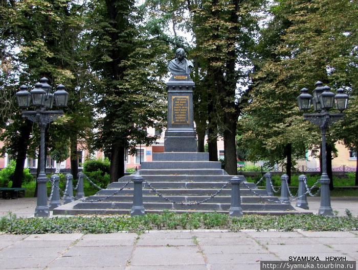 В 1881 году  был установлен памятник-бюст писателя Н. Гоголя. Скульптор Пармен Забила.