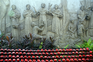 Свечи у стены у базилики Санта Нино в Себу