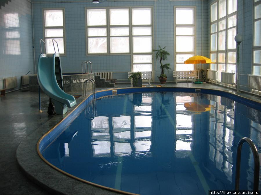 Бассейн с детской горкой. Вдалеке слева — бассейн для детей.