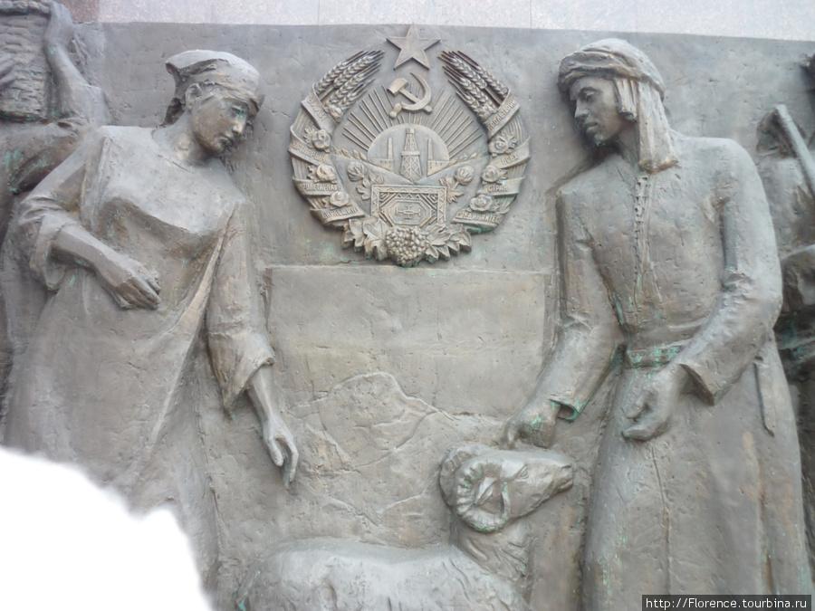 Барельефы у входа в павильон — по одному на каждую союзную республику. Это кажется Туркмения