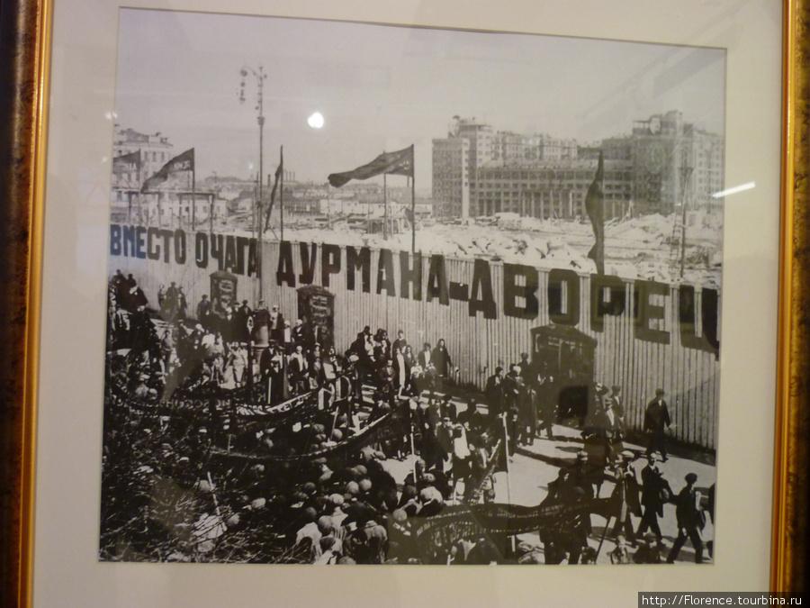 Первомайская демонстрация. За забором руины Храма Христа Спасителя