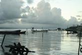 По периметру остров окружен лодками — большими, малыми, с парусами, с моторами, выдолбленными из дерева, сделанными из фибергласса и т.д. Лодка дает еду или деньги за перевозку чего-либо, легального или не очень.