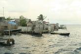 Те, кто имеют дома на берегу — имеют персональные отхожие места