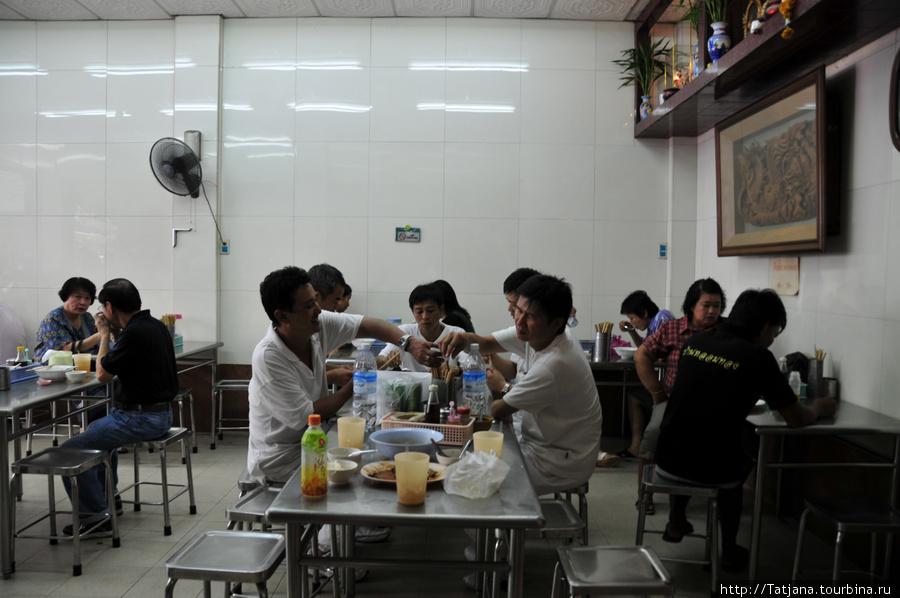 тайцы перекусывают