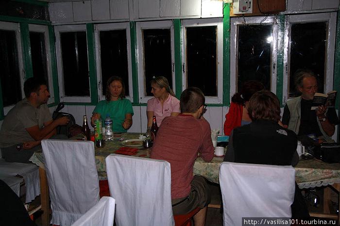 Наша большая, только что образовавшаяся компания за ужином, столовая лоджа в Сианге
