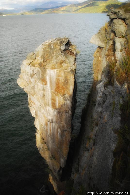 Отколовшейся фрагмент скалы на острове Бакланий