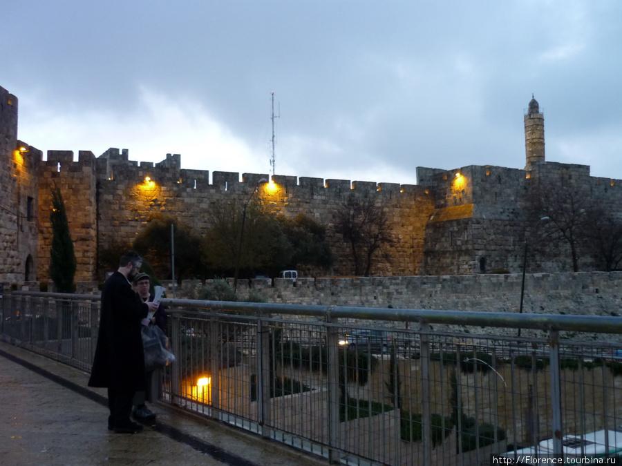 У Яффских ворот. Справа — башня Давида.