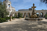 Внутренний дворик — это почти небольшой парк. Фонтан, кусты, лавочки