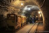 г. Бохня, Польша. Соляная шахта Бохни. Группа детей в тоннеле шахты идут к метро-поезду