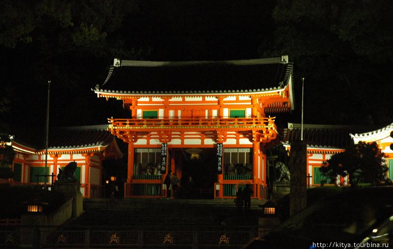 Главные ворота храма с ночной подсветкой