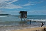 С туалетами тут особо не заморачиваются. Если по-маленькому, то можно идти на пляж. Если по-большому, то добро пожаловать в эту вот конструкцию.
