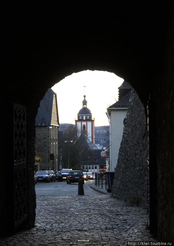 Церковь святого Николая, вид из проема ворот Верхнего замка