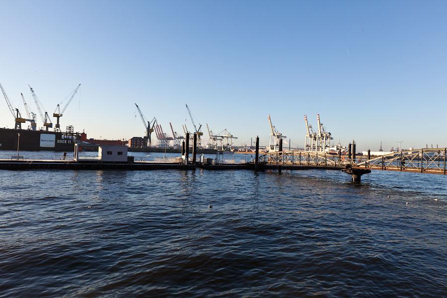 Утро красит ярким светом краны старого порта.