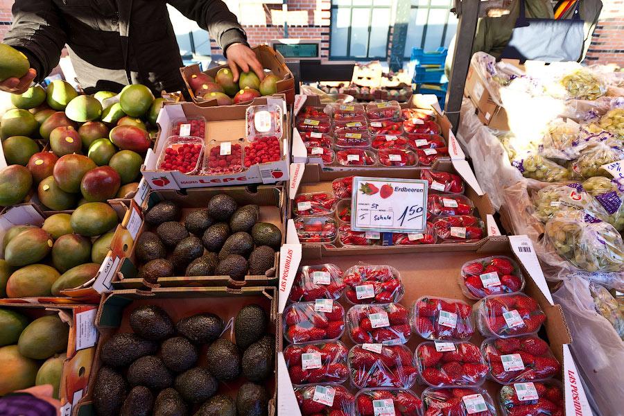 Март — начало первой, тепличной, клубники. Странно, но в этом году она стала пахнуть как клубника и сладкой на вкус. В прошлом году была или вкусная или пахла. Видимо, генетики пошли на встречу трудящимся. Цены: три манго — 1 евро.