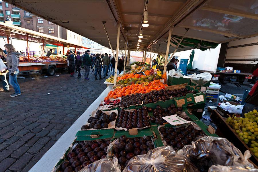 Все овощи-фрукты образуют отдельный квартальчик. Тут работают турки-зазывалы.