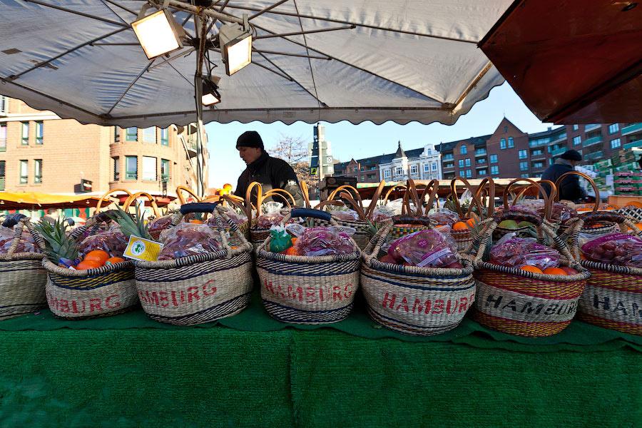 Если вы хотите еще и запоминающийся сувенир — купите такой набор. За 10 евро вы получите отличную корзинку и разные фрукты. Кстати, под самый низ часто кладут фрукты с гнильцой.