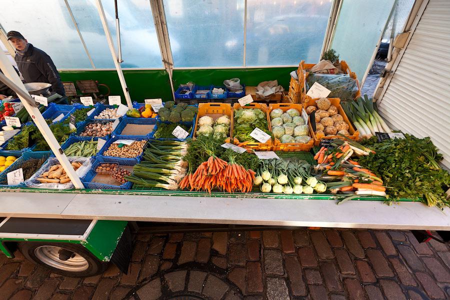 Лотки с продавцами-немцами будет, скорее всего, с экологически чистыми овощами местного производства. Цены на таких лотках иногда в два раза дороже, чем в супермаркете.