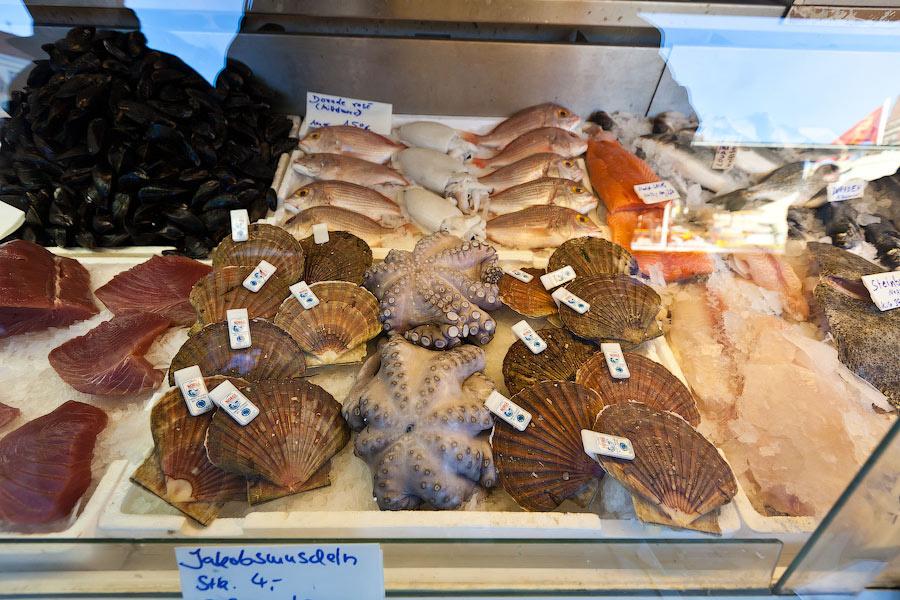 Оптовики выставляют свой скоропортящийся товар  на виртуальный аукцион, в котором участвуют мелкие торговцы, которые и продают рыбу на воскресном рынке.