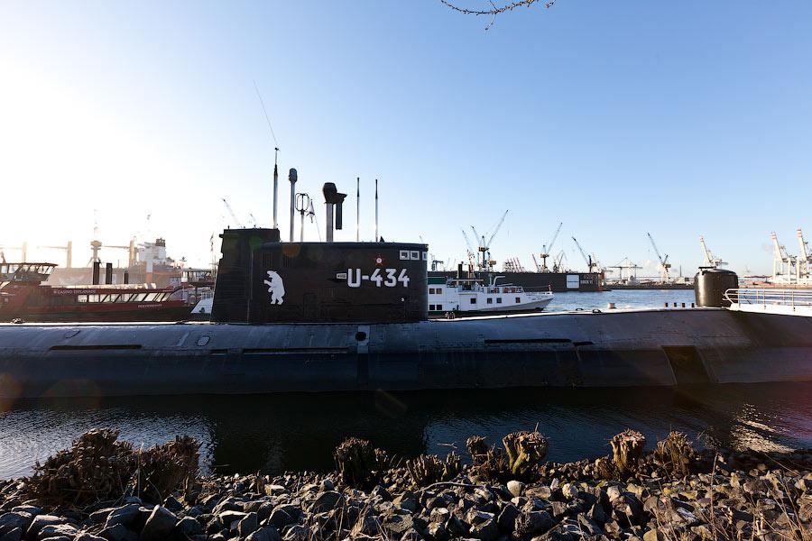 Рядом, на воде, стоит русская подводная лодка — местный аттракцион. На берегу лежит торпеда — тоже от нее.