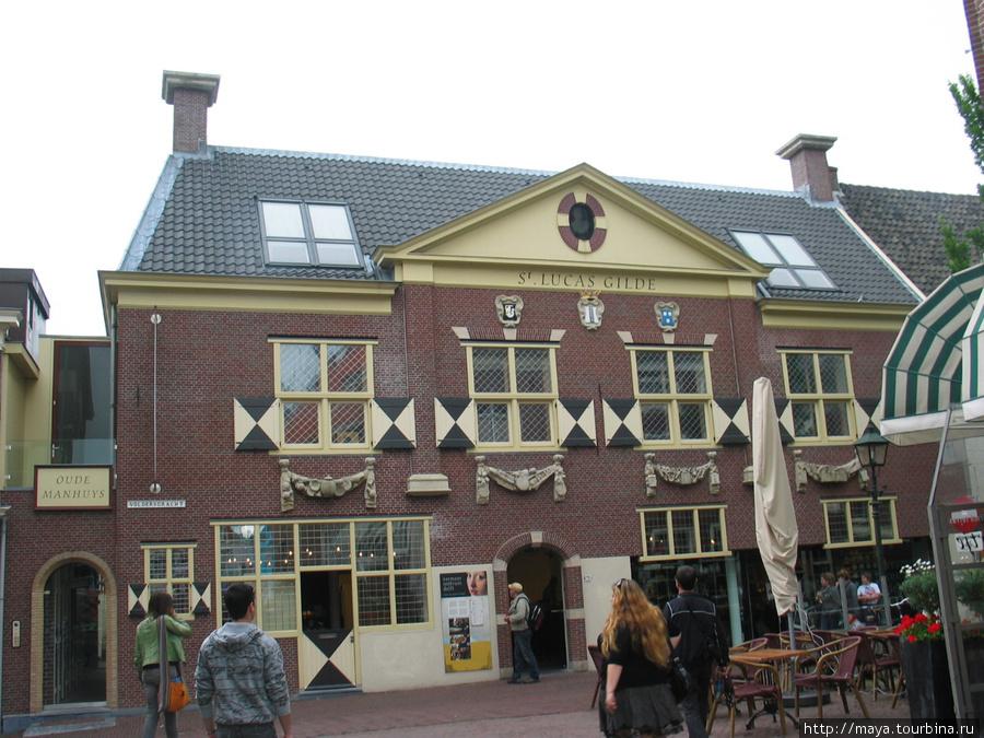 в доме гильдии святого Луки на Волдерсграхт открыт музей Вермера.