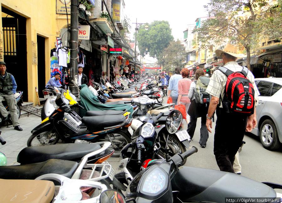 Трудности пешеходам создает фактическое  отсутствие тротуаров, напрочь забитых теми же мотоциклами