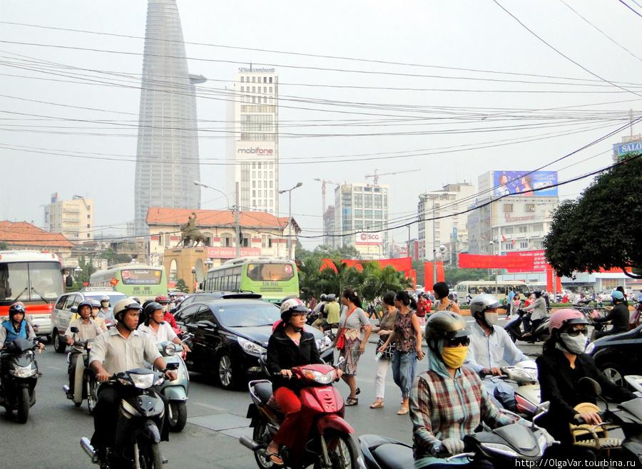 Пешеходы пытаются перейти  проспект  Le Loi в районе рынка  Ben Thanh — Сайгон
