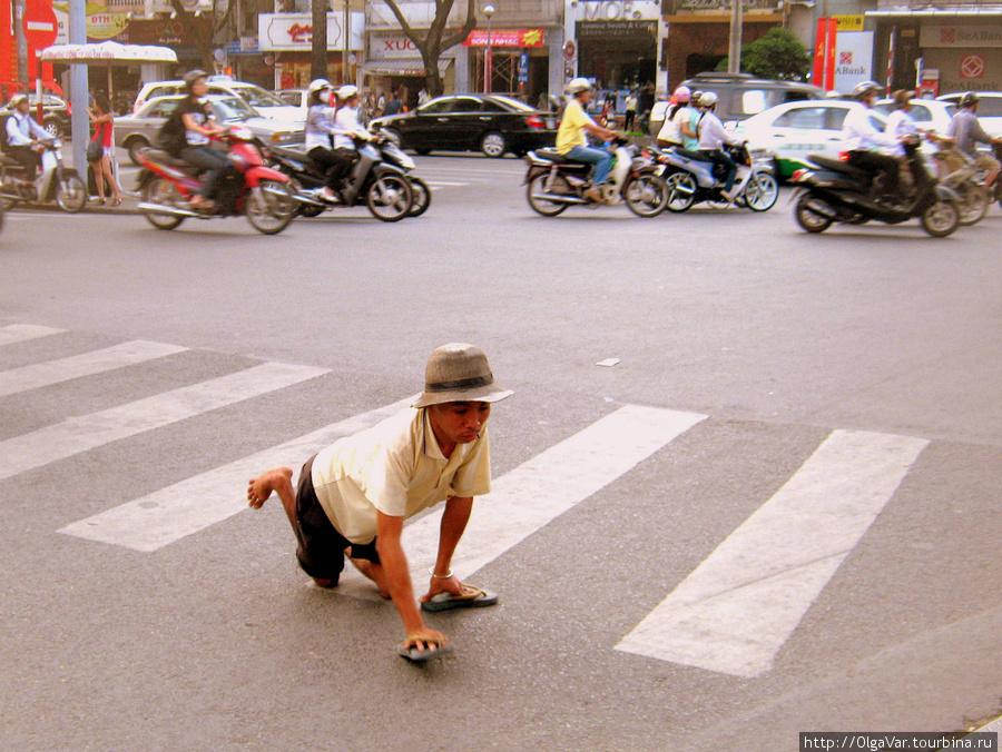 Переход людей с ограниченными возможностями, а их во Вьетнаме, наверное, немало, терпеливо ждут, пока не пройдут