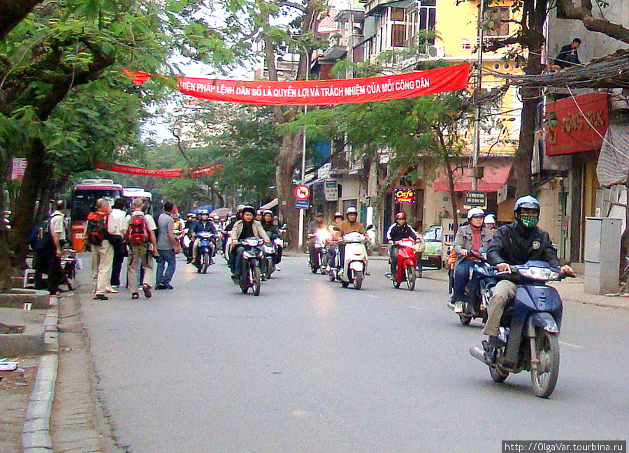 В Ханое, увидев ревущую армаду, мы застыли, как вкопанные, у обочины, боясь перейти на другую сторону улицы
