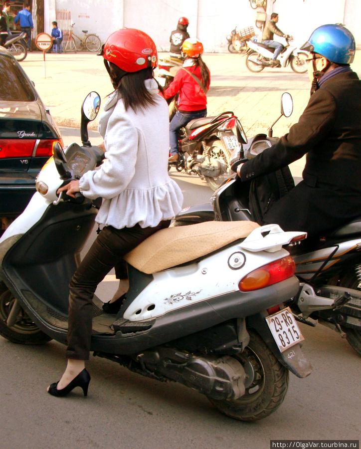 Девушки не изменяют своей сущности, грациозно восседая на своих байках и демонстрируя туфли на высоких каблуках