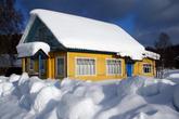 В Согинцах можно увидеть вот такой нарядный домик, который служит летом дачей.
