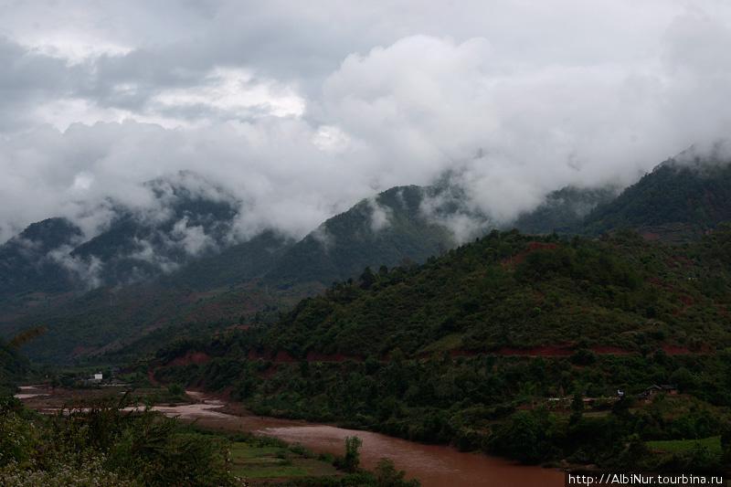 Всю дорогу до Джингхонга нас сопровождал клубящийся туман на вершинах гор. И Меконг, то пропадающий между холмов, то вдруг появляющийся красно-коричневой лентой далеко внизу под обрывами, то разливами возде дороги.