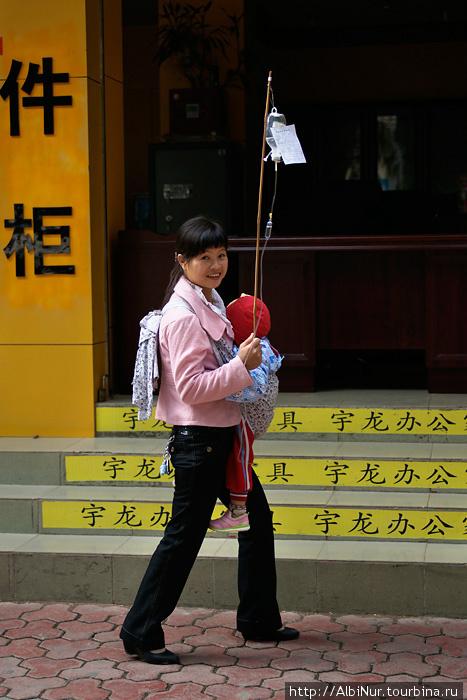 Китайская медицина архаична и современна одновременно. Она использует множество природных компонентов, лавки с которыми есть в любом городе. Она является неотьемлемой частью жизни рядового китайца.  Очень любят китайцы капельницы. Часто можно увидеть людей чинно прогуливающихся по улице или сидящих на скамейке в парке с капельницей на палке.